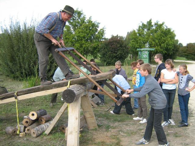 Le scieur de long, métier qui consiste à débiter avec une scie des troncs d'arbre dans leur longueur